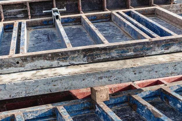 Industrieschalung für betonfundamente. baustelle. baugeräte. monolithisches arbeiten mit stahlbeton.