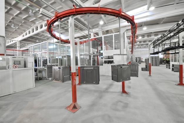 Industriewerkstatt für die montage des ofens auf einem förderband