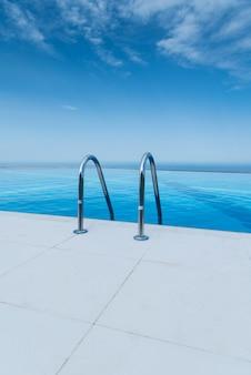 Infinity-pool am hellen sommertag