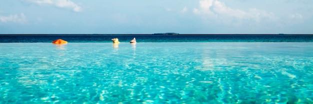 Infinity pool auf den malediven beauty in nature konzept