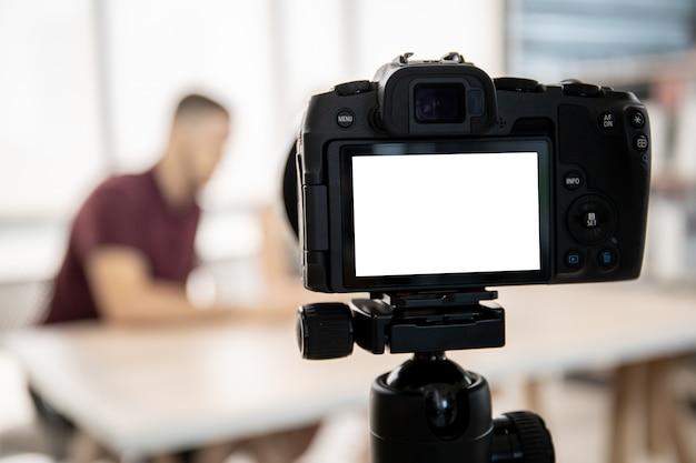Influencer sprechen und live-streaming vor der digitalkamera