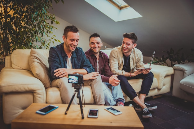 Influencer vlogging von zu hause aus
