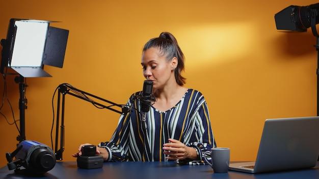 Influencerin spricht in ihren wöchentlichen podcast-review-episoden über ein neues kameraobjektiv. neuer medienstar des inhaltserstellers in den sozialen medien, der video-fotoausrüstung für online-internet-webshow spricht