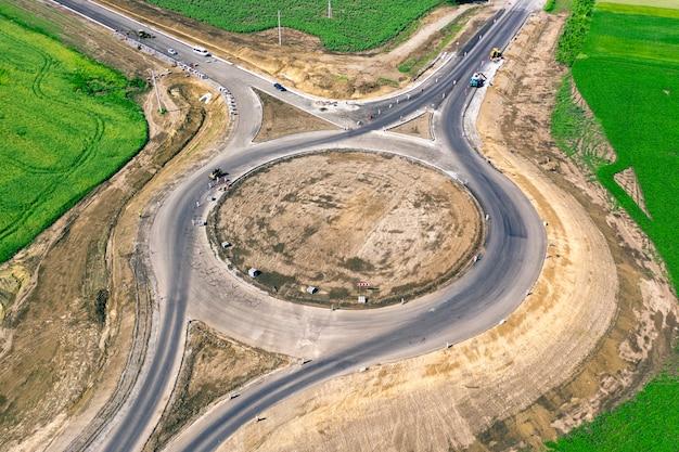Infrastrukturbau. neue ringstraßenkreuzung im endausbau. drohnenansicht