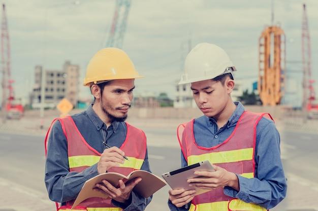 Ingenieur arbeiter arbeiten vor ort bau