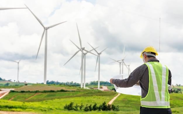 Ingenieur arbeiter auf der baustelle eines windkraftanlagenkraftwerks