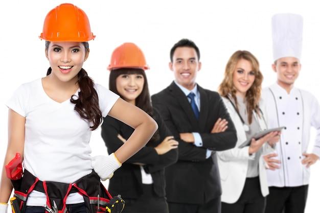 Ingenieur, architekt, geschäftsmann, arzt und koch stehen zusammen