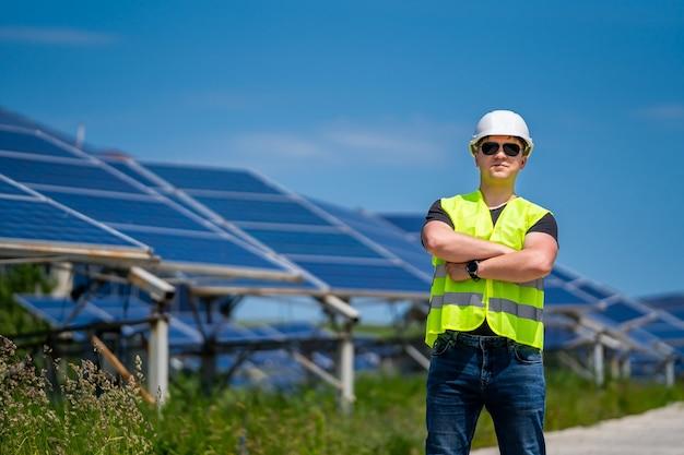 Ingenieur auf einer solaranlage. grüne energie. elektrizität. power-energie-panels.