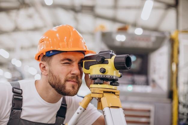 Ingenieur, der am bau einer fabrik arbeitet