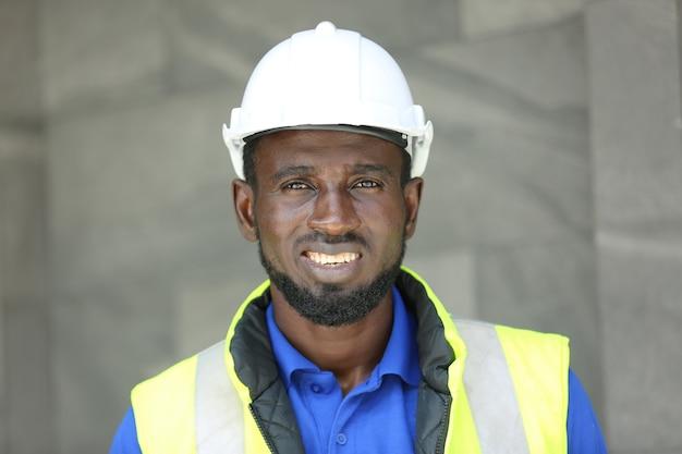 Ingenieur, der an prüf- und wartungsausrüstung im solarmodulkraftwerk, im photovoltaikzellenpark, im grünen energiekonzept arbeitet.