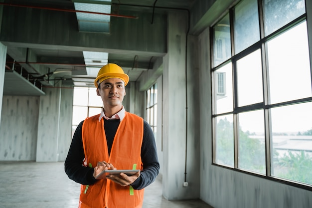 Ingenieur, der die projektinstallation inspiziert