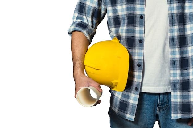 Ingenieur, der gelben sturzhelm für arbeitersicherheit hält