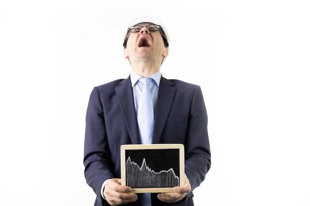 Ingenieur, der in der verzweiflung schreit, hält zeichen mit fallender tabelle der ölzitate