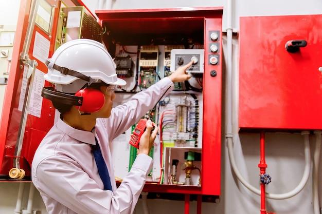 Ingenieur, der industrielles feuerleitsystem, feuermelderprüfer überprüft.