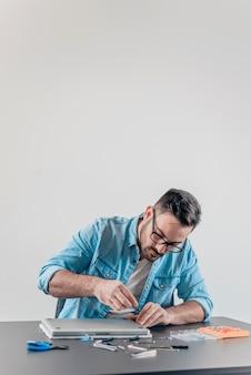 Ingenieur, der laptop-computer zusammenbaut.