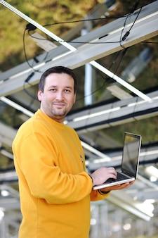 Ingenieur, der laptop in der fabrik verwendet