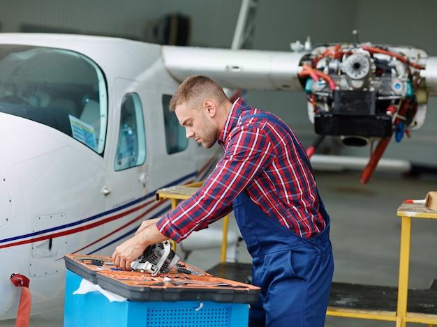Ingenieur, der mit einem flugzeug arbeitet