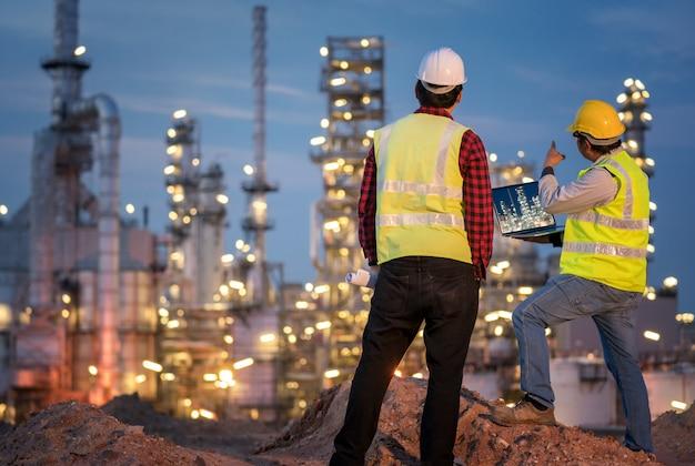 Ingenieur der raffinerieindustrie trägt psa auf der baustelle der raffinerie