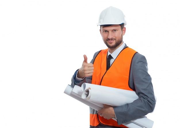 Ingenieur, der super oder gut durch den finger gestikuliert und lächelt an der kamera. isolieren sie auf weißem hintergrund.