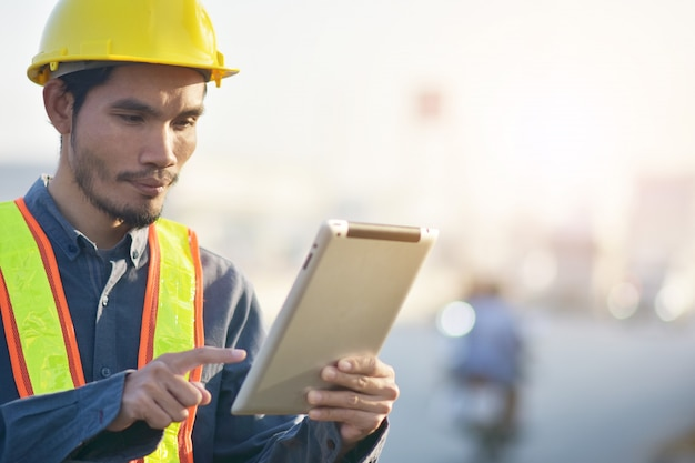 Ingenieur, der tablette hält