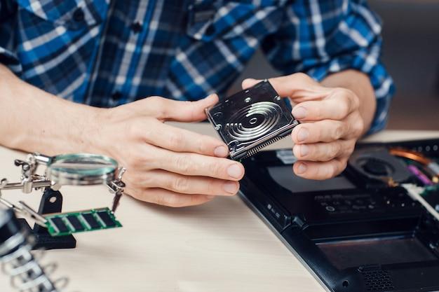 Ingenieur hält winchesterscheibe in händen