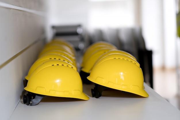 Ingenieur hut auf dem tisch, konstruktion, für arbeiten im freien, gebäude