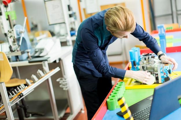 Ingenieur in der fabrik