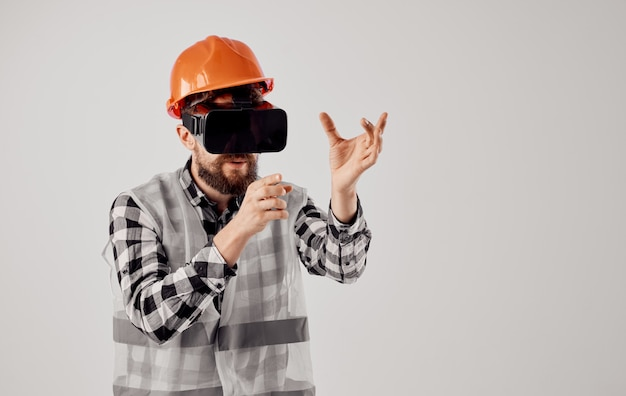 Ingenieur in einem professionellen hellen hintergrund der orangefarbenen helmtechnologie