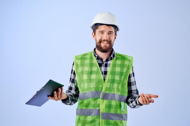 Ingenieur in einem weißen helm blaupausen professionelle studioindustrie