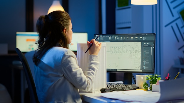 Ingenieur-konstrukteur-designer-architekt, der eine neue komponente im cad-programm erstellt, das im geschäftsbüro arbeitet. industrielle angestellte, die prototypidee studiert, die cad-software auf dem gerätedisplay zeigt