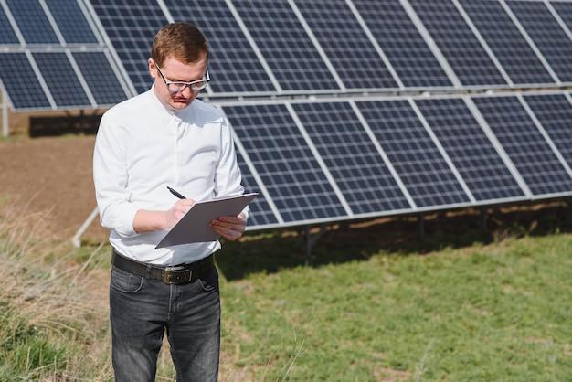 Ingenieur mann in der nähe von solarpanel