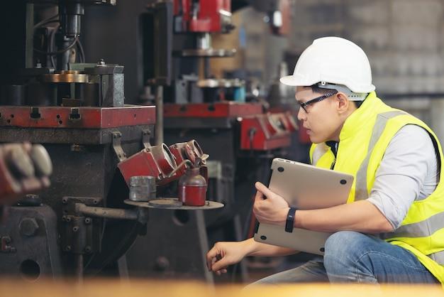 Ingenieur mann oder techniker tragen chirurgische maske und verwenden computer-notebook für die überprüfung