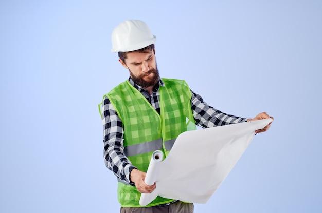 Ingenieur mit dokumenten und zeichnungen blaupausen blauem hintergrund