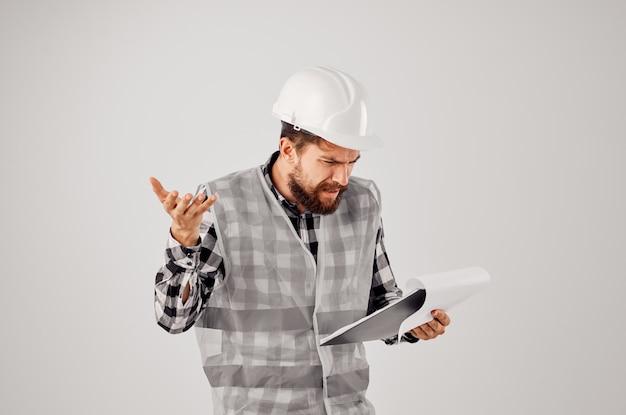 Ingenieur mit dokumenten und zeichnungen blaupausen studio industrie