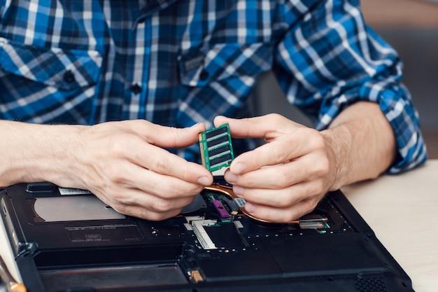 Ingenieur nehmen mikroschaltung vom computer