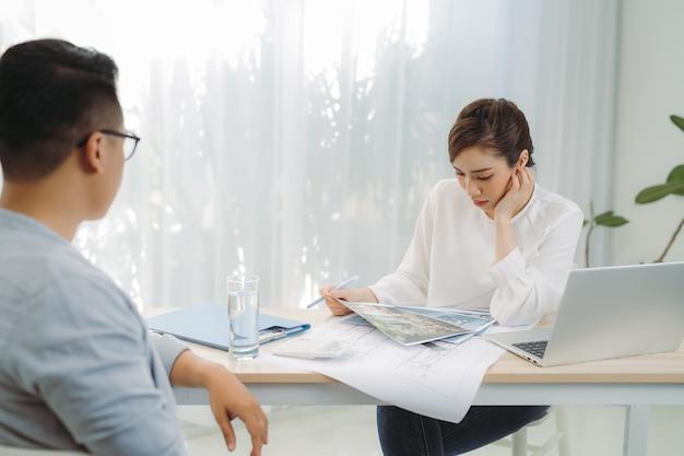Ingenieur oder architekt diskutieren im büro