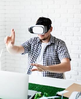 Ingenieur oder designer mit vr-brille zur visualisierung des projekts für erneuerbare energien