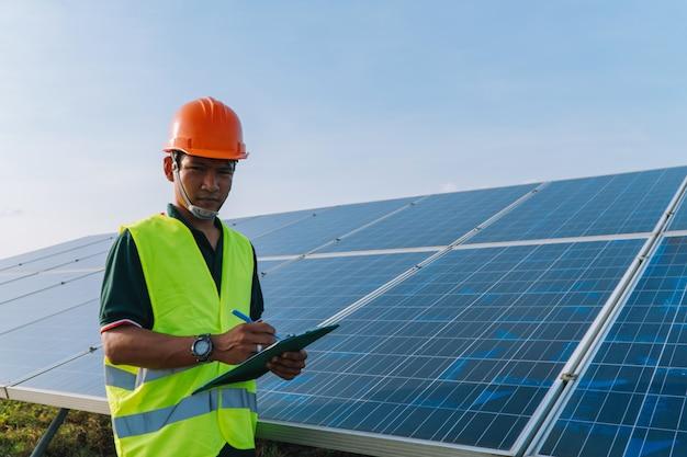 Ingenieur prüfen sonnenkollektor am sonnenkraftwerk