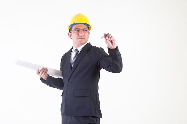 Ingenieur schreiben mit einem stiftgriffplan und setzten den gelben sturzhelm, lokalisiert auf weißem backgrou