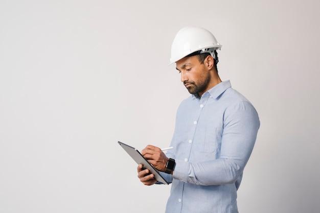 Ingenieur schreibt auf seinem digitalen tablet