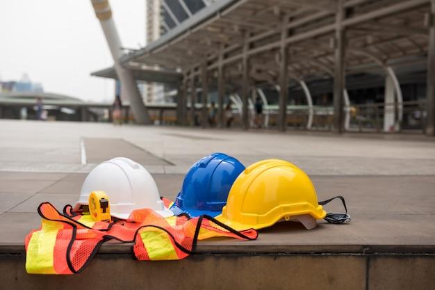 Ingenieur sicherheitsausrüstung in der stadt
