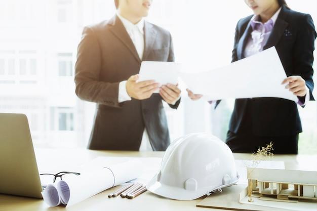 Ingenieur-treffen für architektonisches projekt arbeiten