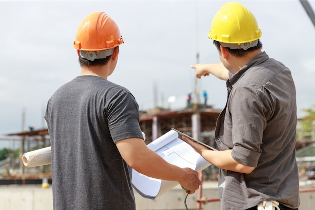 Ingenieur und architekt arbeiten auf der baustelle