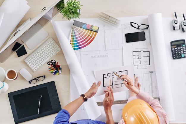 Ingenieur und architekt diskutieren blaupause