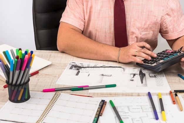Ingenieur und architekt konzept designer kreativ arbeiten mit skizze plan blaupause und farbmuster