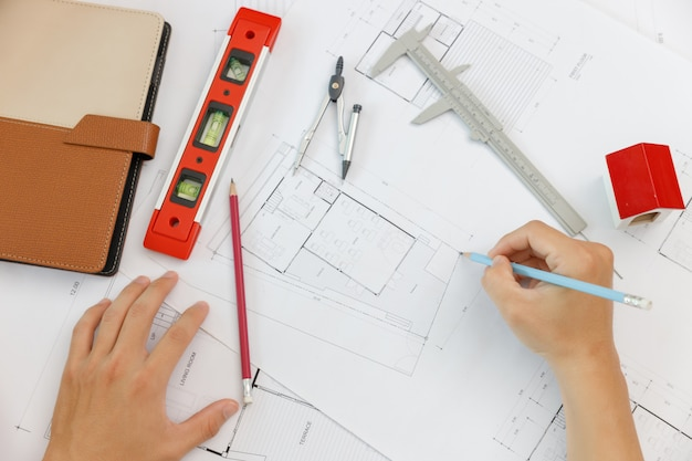 Ingenieur- und architektenkonzept, draufsicht auf das büroteam von ingenieurarchitekten und innenarchitekten, das mit bauplänen arbeitet