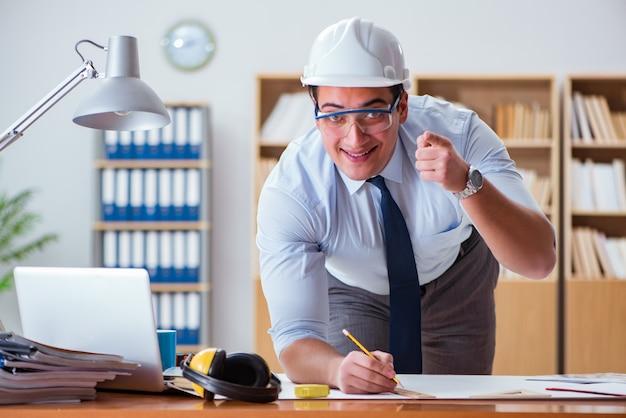 Ingenieuraufsichtsbeamter, der an zeichnungen im büro arbeitet
