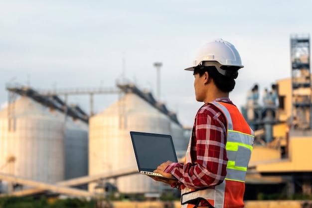 Ingenieure arbeiten an bauplänen für den bau von hochhäusern. ingenieur gebäudekonzept.