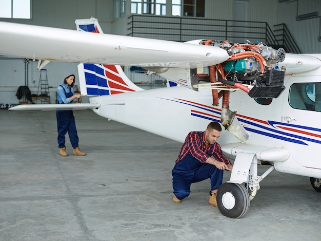 Ingenieure arbeiten mit einem flugzeug