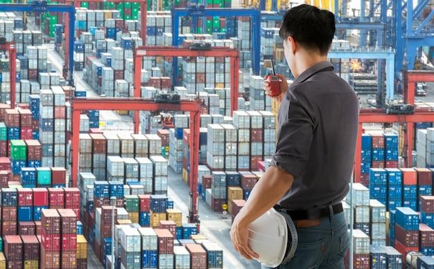 Ingenieure, die die funkordnung verwenden, arbeiten auf einem containerhof